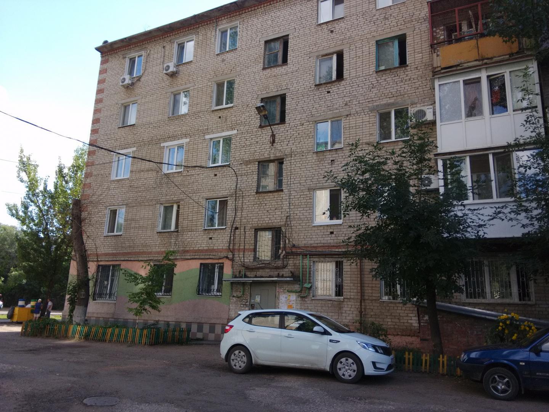 Продается двухкомнатная квартира за 1 390 000 рублей. Энгельс, улица Ломоносова, 9.